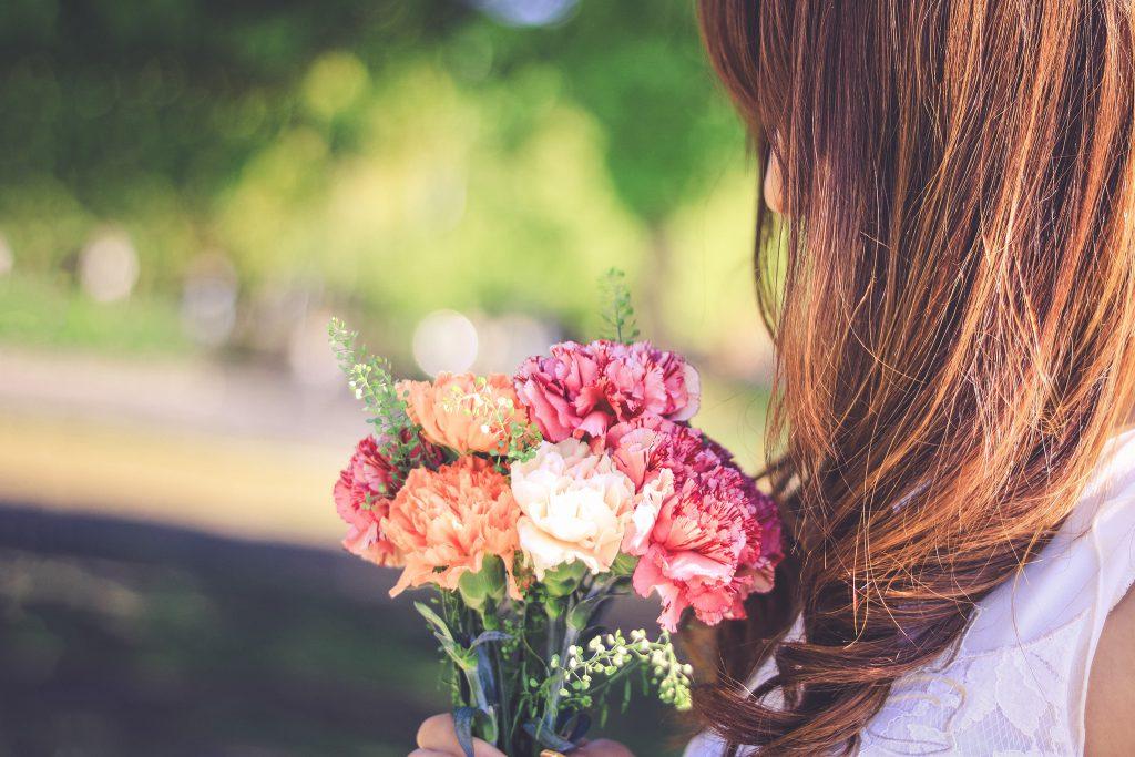 花束を受け取る女の子の写真