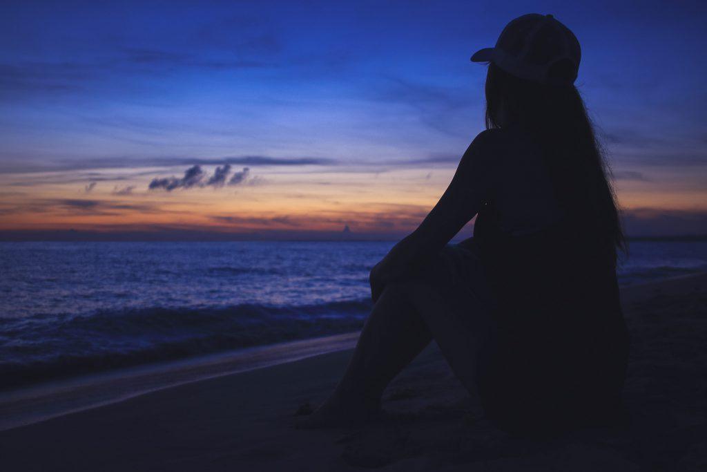 海を見て物思いにふける女の子の写真