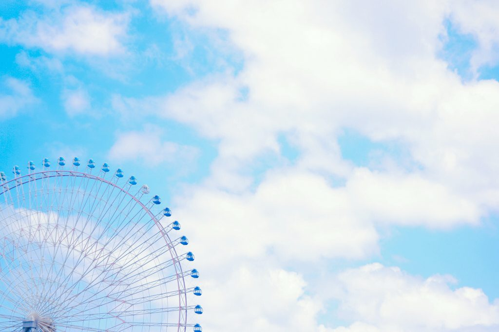 青空と観覧車の写真