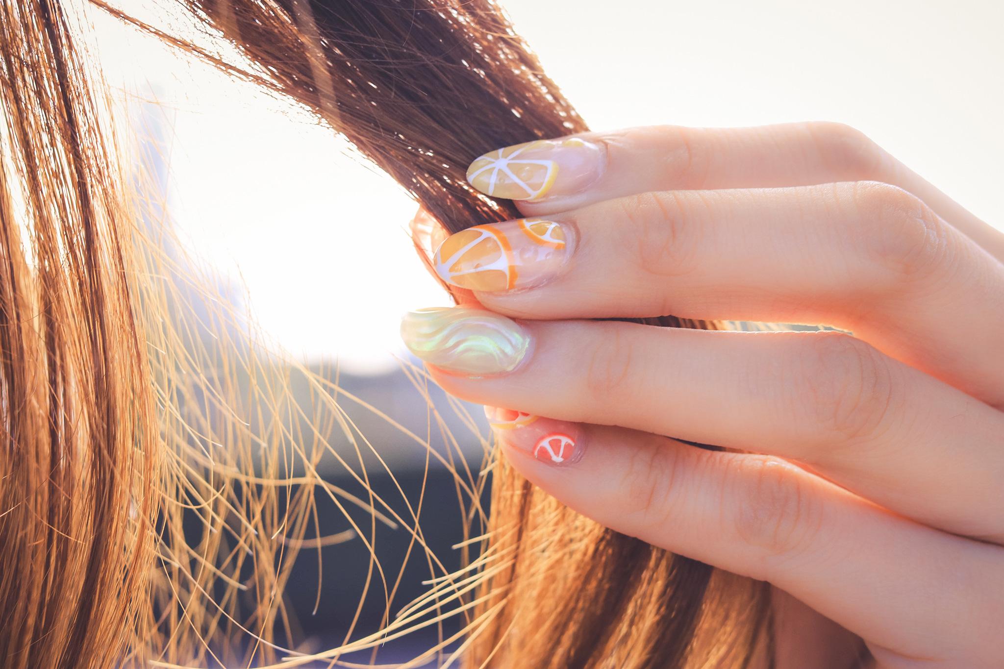髪を触る女の子