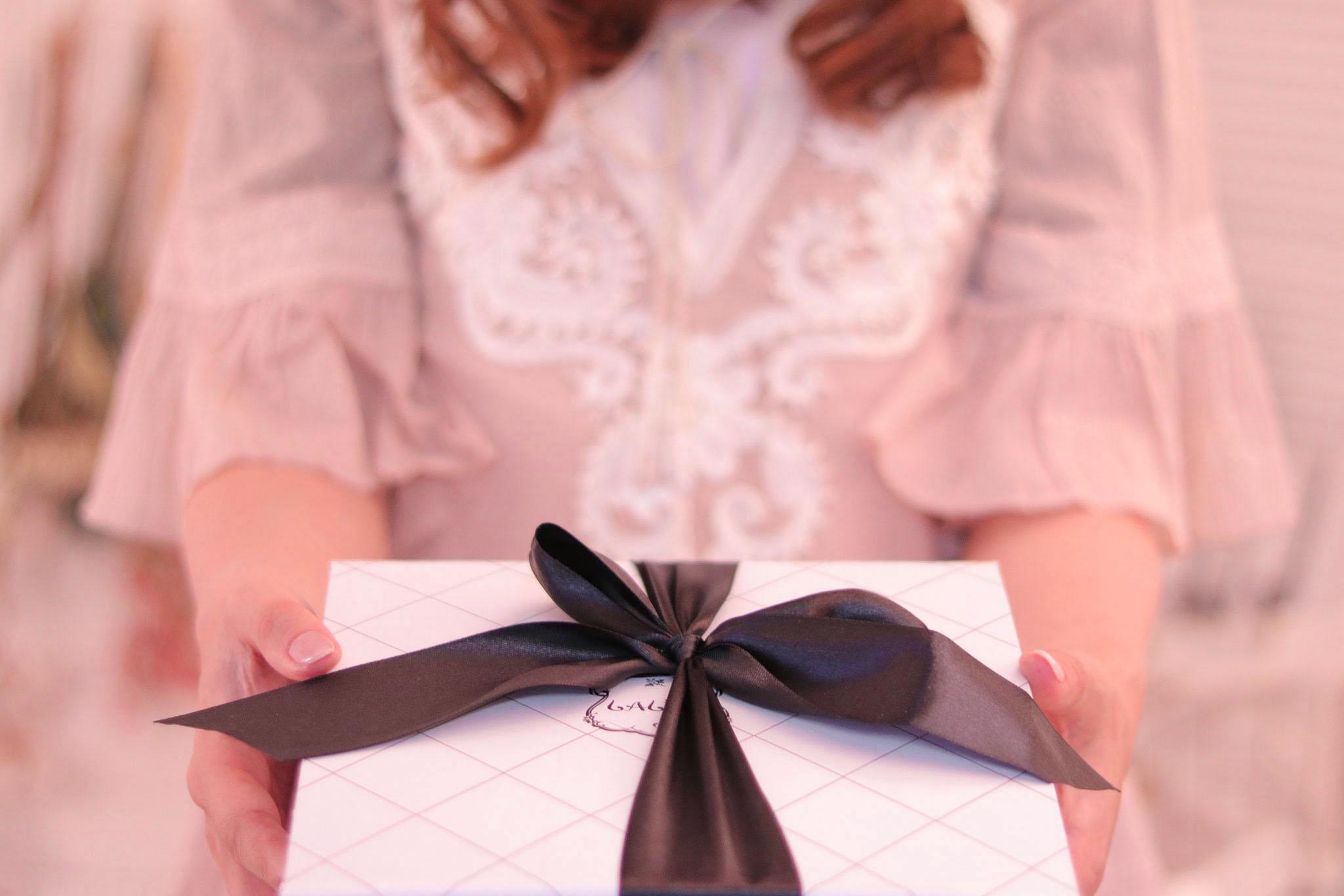 プレゼントをもらう女の子の写真